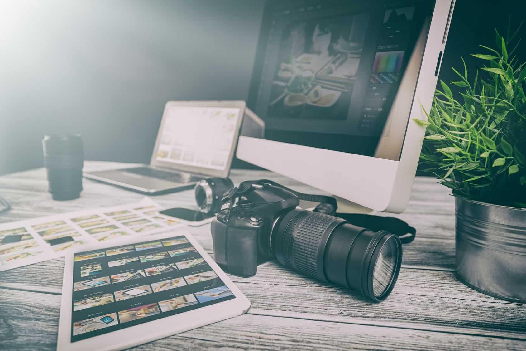 Biurko z komputerem i aparatem fotograficznym