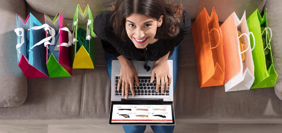 Uśmiechnięta kobieta robiąca zakupy na laptopie