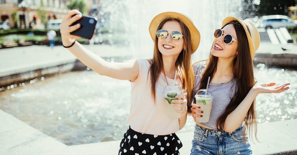 Dwie dziewczyny robiące selfie