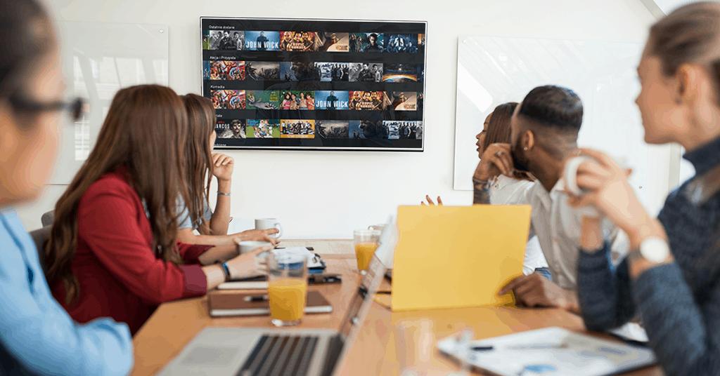 Ekran z platformą video w firmie podczas spotkania pracowników