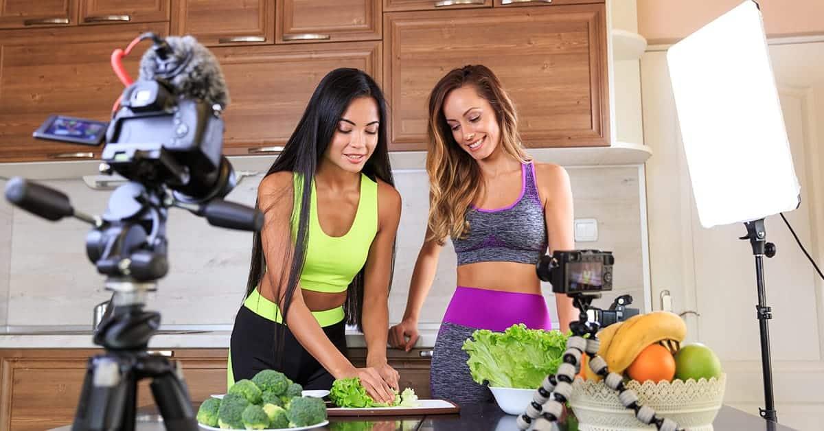 Influencerzy fitness przygotowują zdrowy posiłek