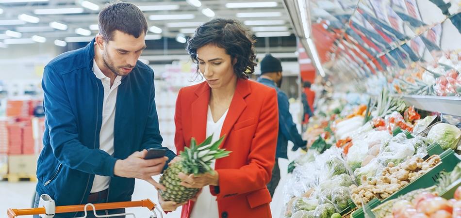 Klient sprawdza cenę produktu w Internecie podczas zakupów
