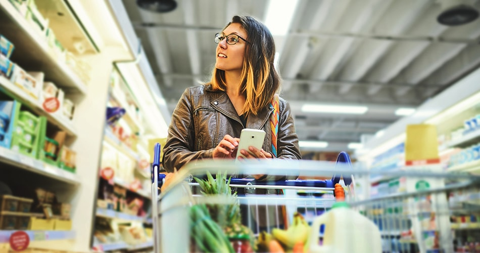 Kobieta robi zakupy ze smartfonem